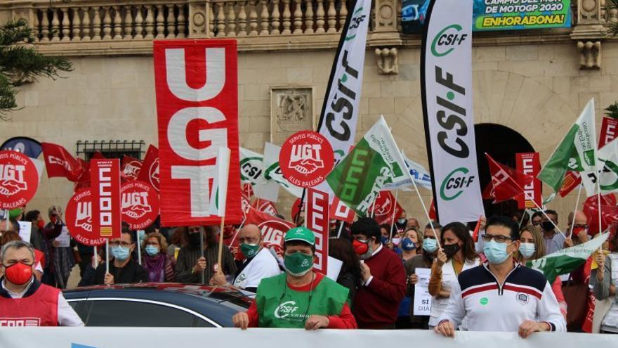 Sánchez cuestiona la congelación salarial a los funcionarios en las cuentas de Armengol