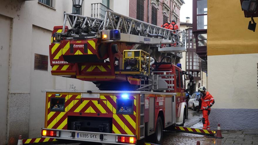 VÍDEO | Los bomberos de Zamora sanean una fachada para evitar nuevos desprendimientos