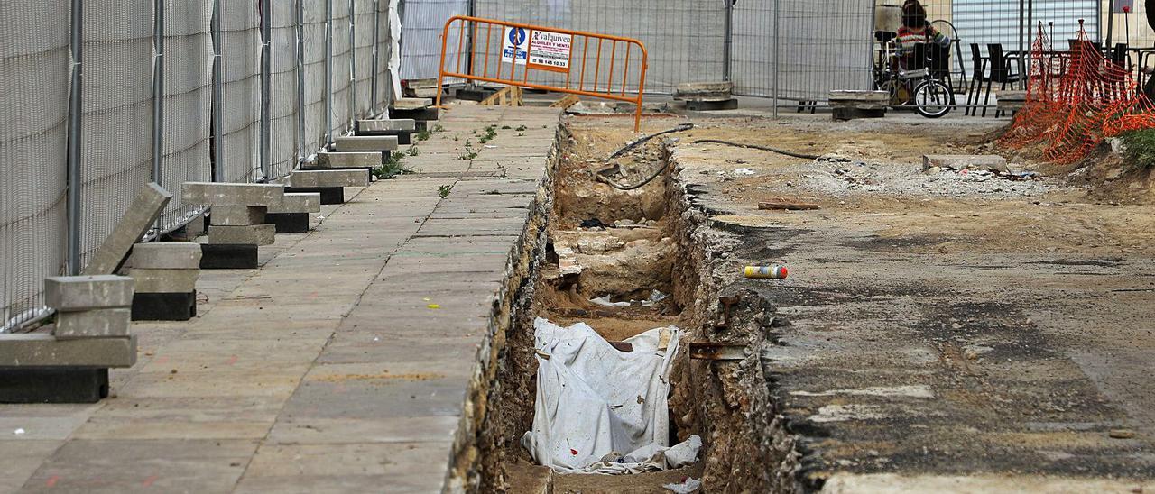 Restos arqueologicos localizados en la plaza de la Reina durante las obras de peatonalización. | M.A.MONTESINOS