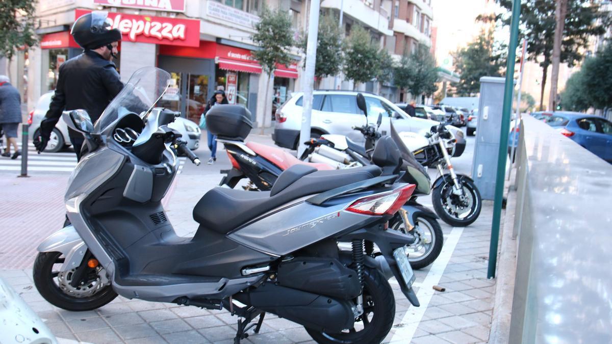 La motocicleta resulta cómoda para aparcar en la ciudad y permite desplazarse con distanciamiento social.