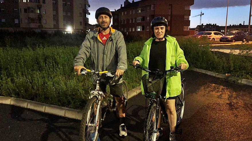 """Lugones se moja sobre dos ruedas: la lluvia aguó la """"Bicicletada"""" pero no el debate sobre la movilidad sostenible"""