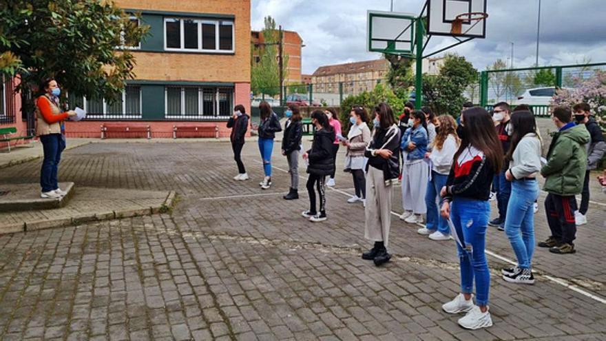 Los alumnos de Los Sauces leen El Quijote dentro de la actividad Balcones Literarios