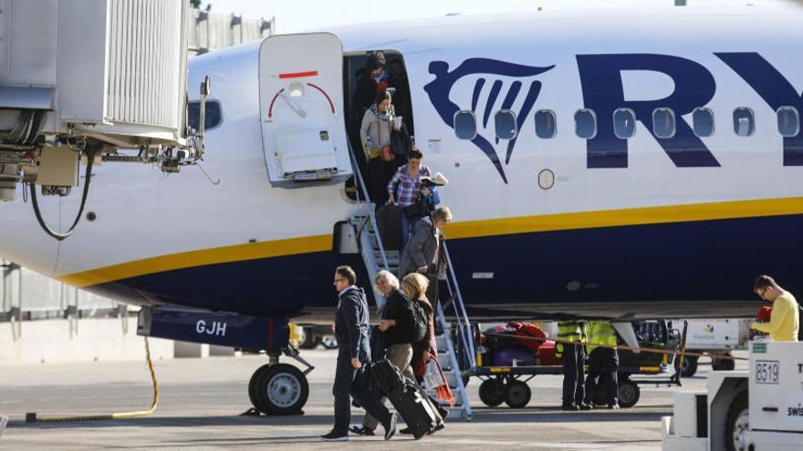 Pasajeros descienden de un vuelo de Ryanair.