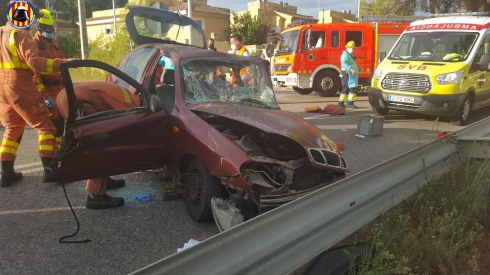 Los bomberos excarcelan al ocupante de un coche en un accidente en Chiva