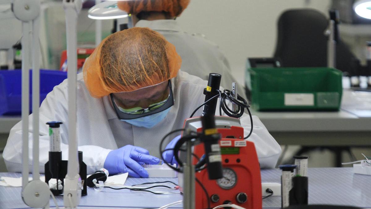 Cientificos analizan muestras de test de COVID-19