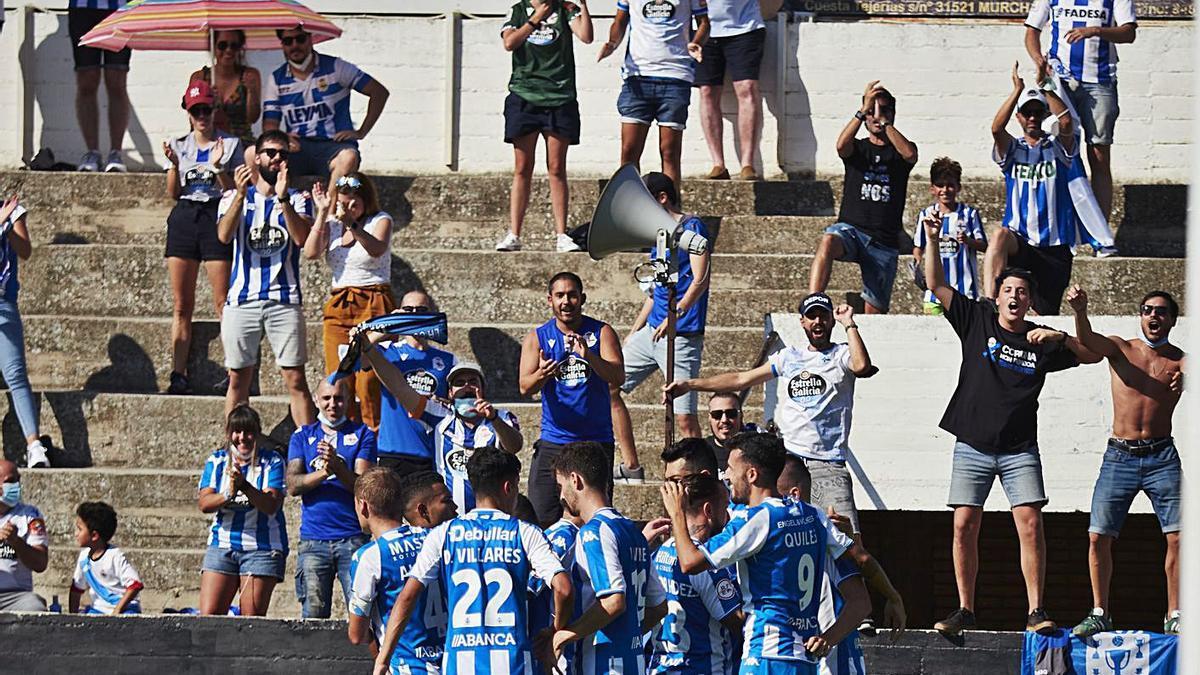 El Dépor celebra con sus aficionados el gol de Lapeña hace una semana en Tudela. |  // LOF