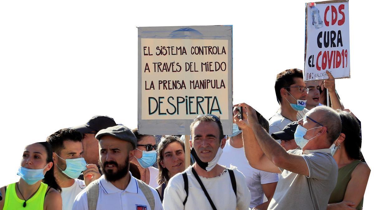 Carteles negacionistas y en defensa del uso del dióxido de cloro en la manifestación del día 15.
