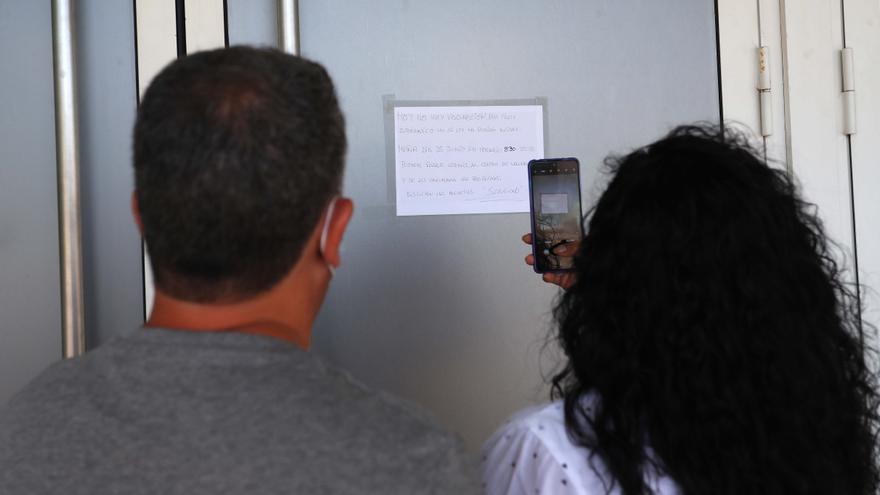 Un fallo en el envío de SMS deja a varias personas sin vacuna a las puertas del vacunódromo de la Ciudad de las Artes
