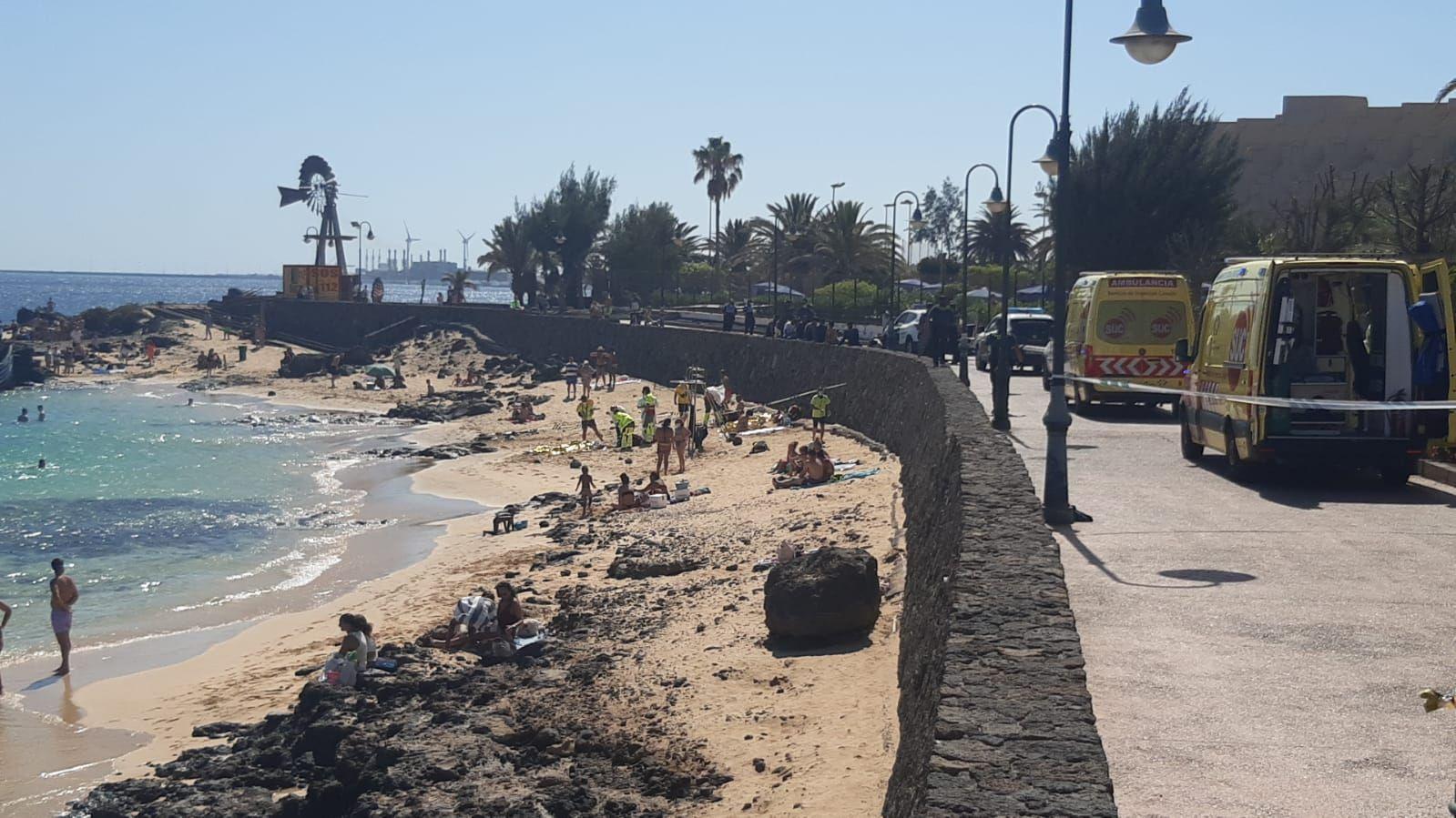 Una patera llega por sus propios medios a la playa de El Jablillo, en Costa Teguise