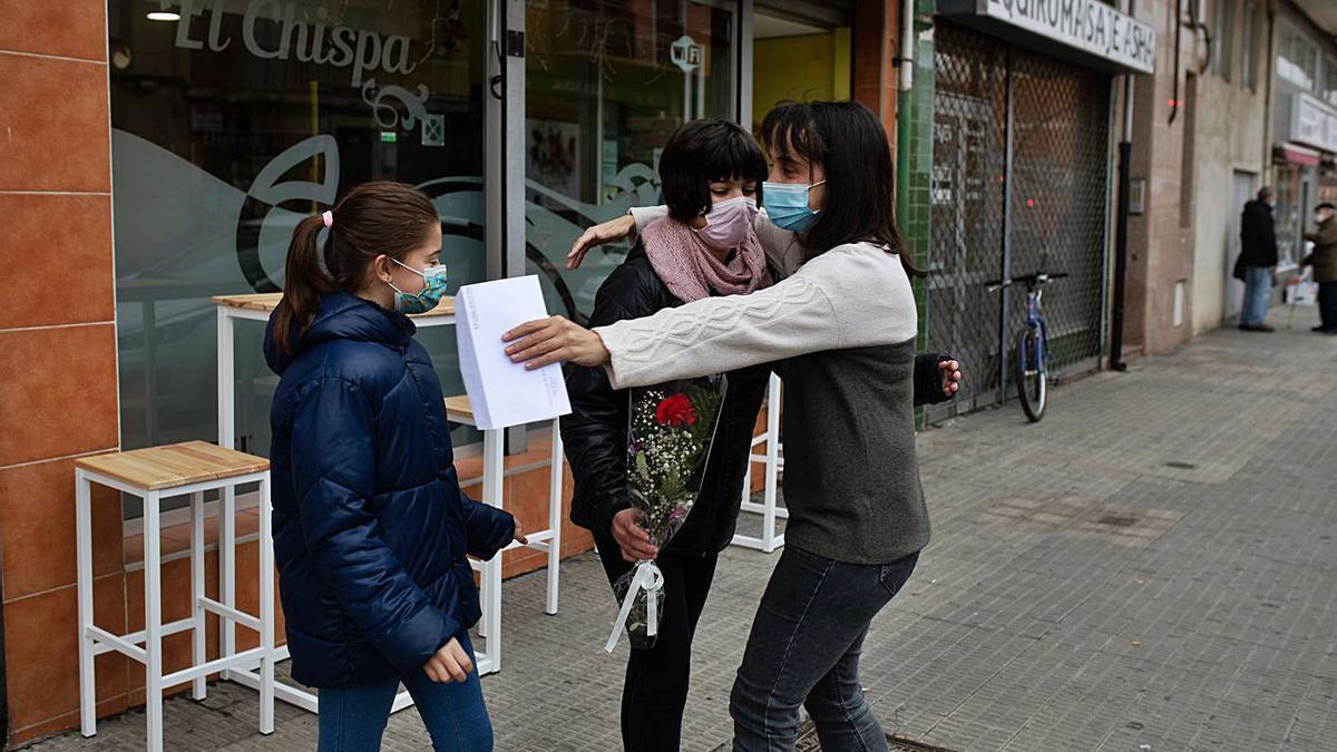El abrazo de una hostelera a su familia al reconocer el papel del sector en la pandemia.   Emilio Fraile