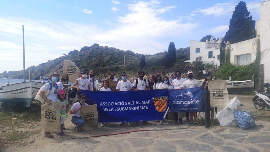 Neteja amb sorpresa a Cadaqués de la platja de Portlligat i el fons marí de Sa Sabolla
