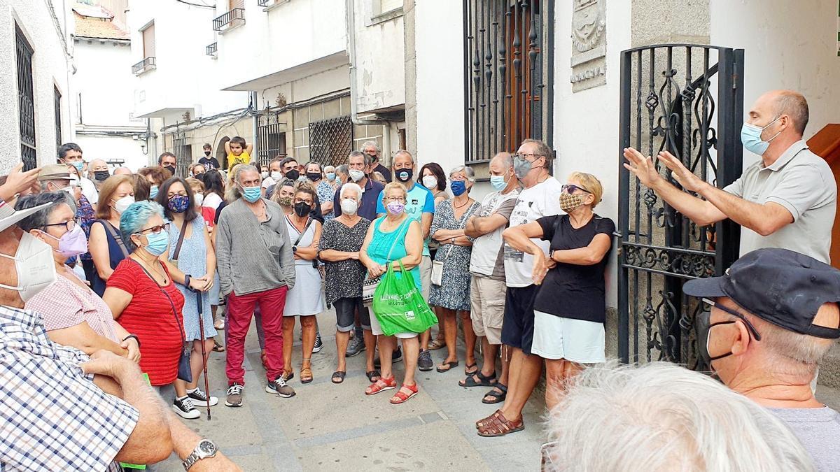 Los jerteños increpan al alcalde (derecha, con los brazos en alto), ayer, a las puertas del ayuntamiento.