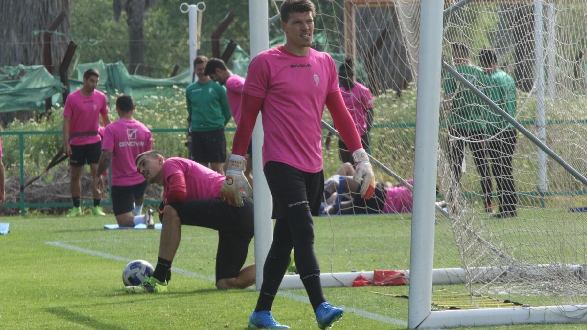 Edu Frías e Isaac Becerra, durante el entrenamiento del Córdoba CF en la Ciudad Deportiva, ayer.
