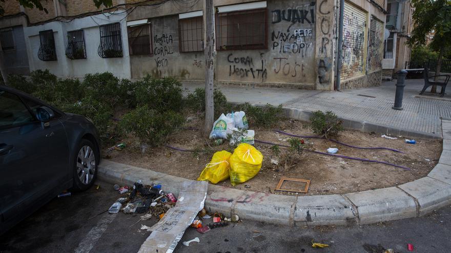 Los vecinos de Alicante se unen ante la «desidia» del bipartito por la suciedad: «Estamos hastiados»