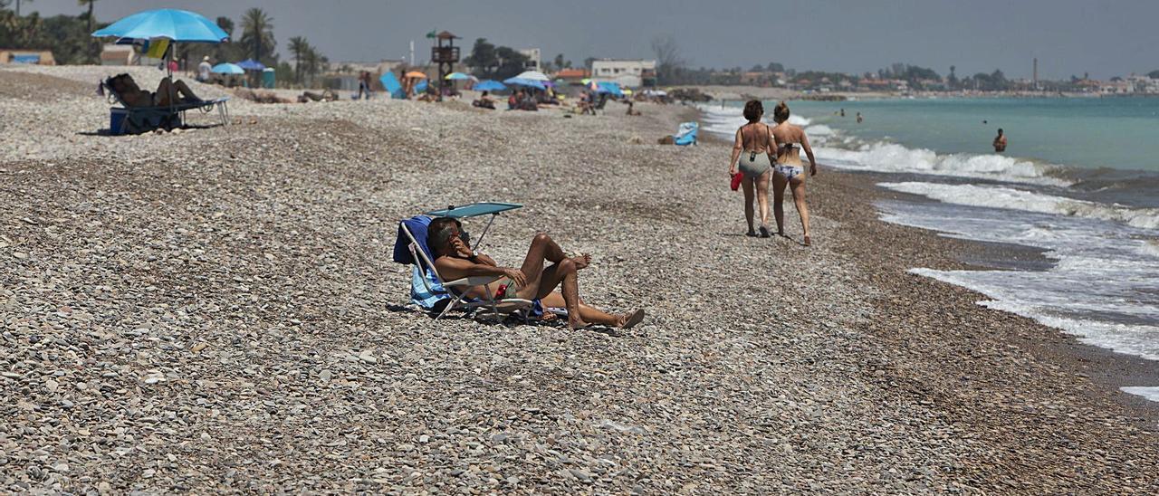 Imagen de una playa del norte de Sagunt de este verano. | DANIEL TORTAJADA