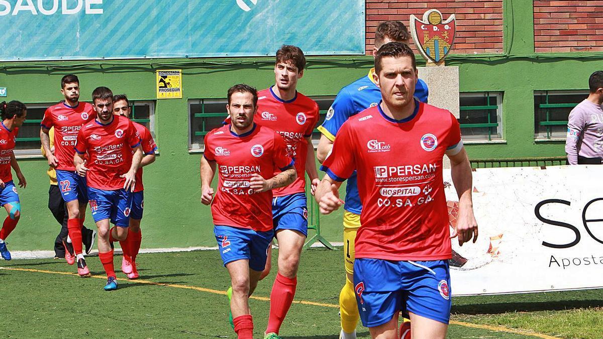 Los jugadores de la Unión Deportiva Ourense, saliendo al terreno de juego en O Couto. |  // IÑAKI OSORIO