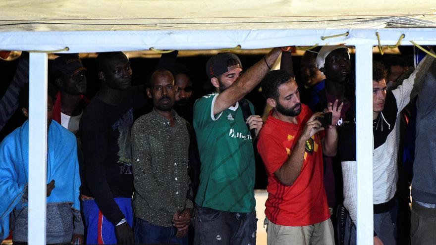 Los inmigrantes del Open Arms desembarcan en Lampedusa