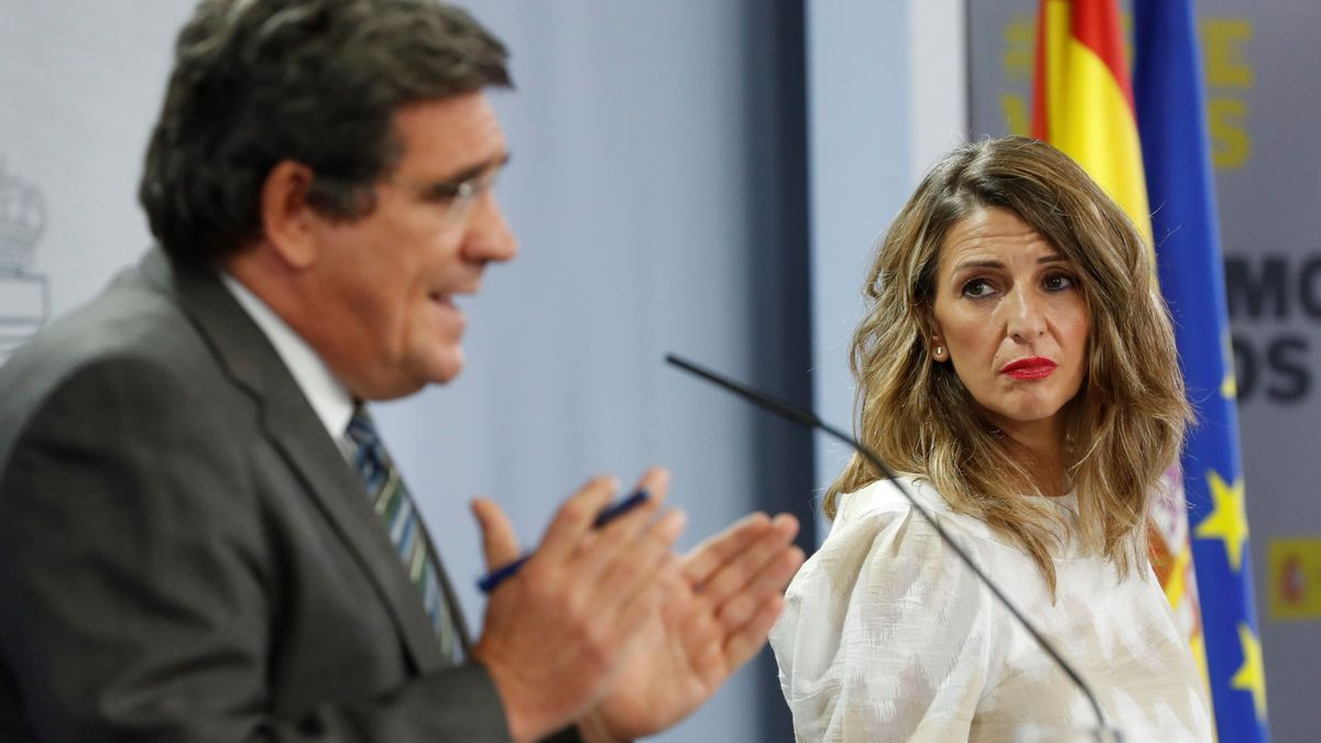 José Luis Escrivá y Yolanda Díaz, duranta una rueda de prensa.