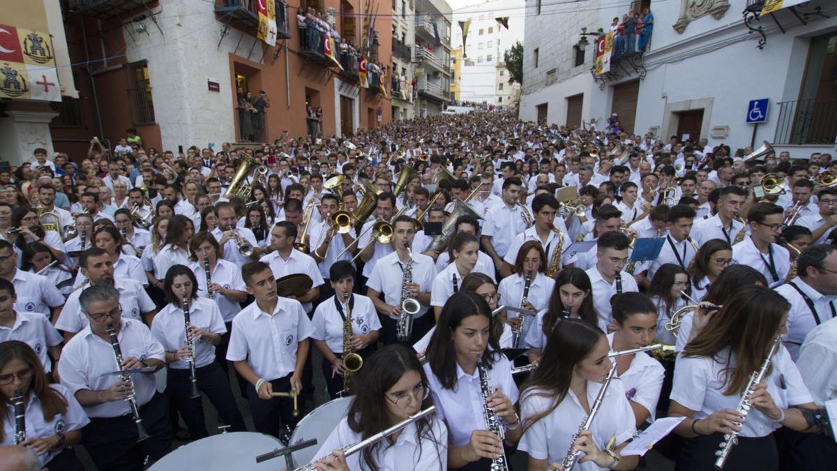 Entrada de Bandes de Música de los Moros i Cristians de Ontinyent, que reúne a más de mil músicos, el año pasado.
