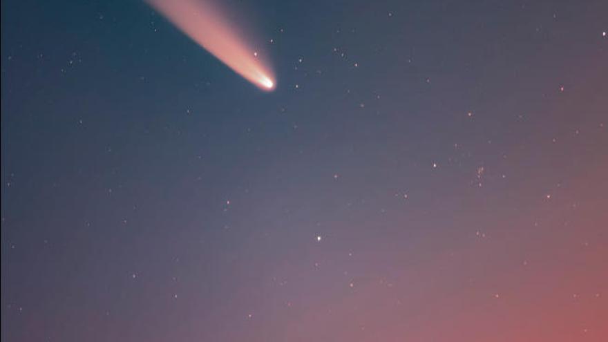 Un brillante cometa atraviesa el cielo canario durante el amanecer