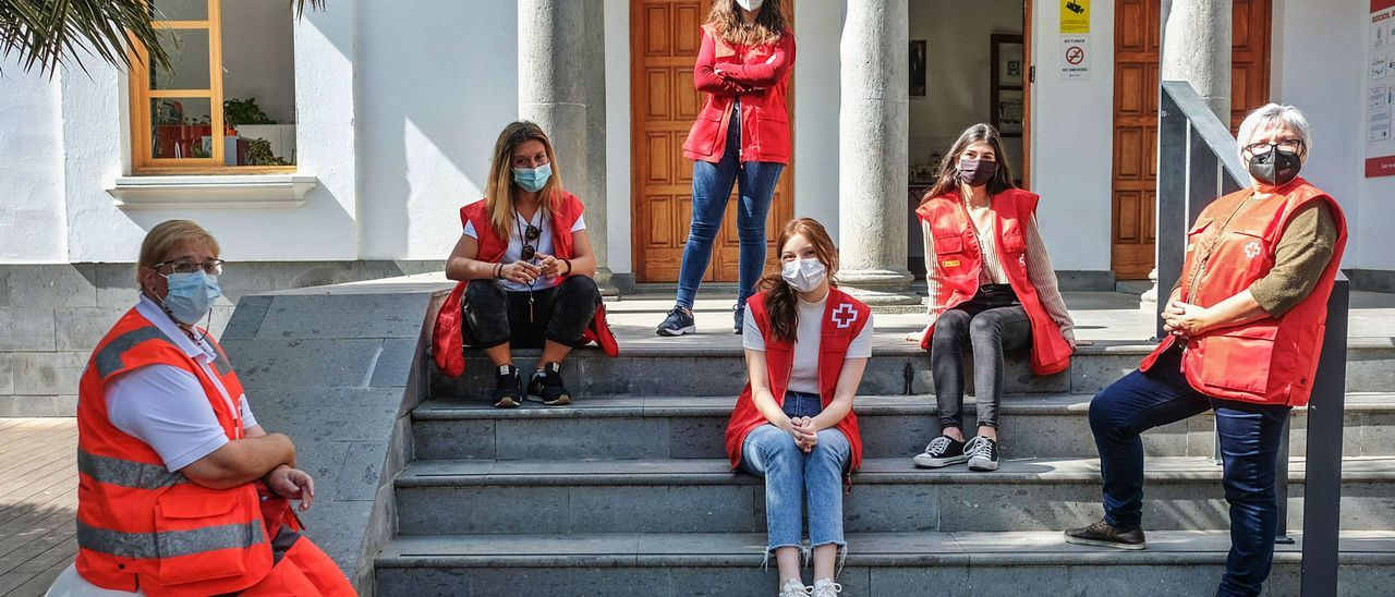 Por la izquierda Mari Afonso, Paula Atochero, Carla Santana (de pie), Iara Dechanp,  en el centro, Alicia García a su lado y Fina Ramal, en las dependencias de Cruz Roja en Las Palmas. | | LP/DLP