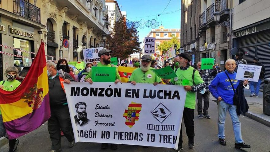Un centenar de aragoneses clama en Madrid por el futuro del tren