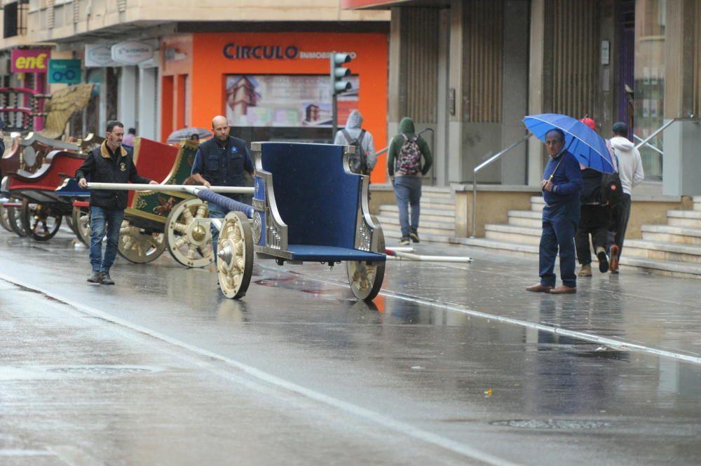 Protegen las carrozas del desfile de Lorca