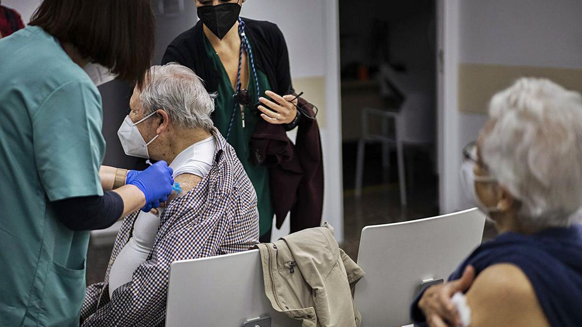 Una persona mayor de 80 años recibe la vacuna contra el coronavirus en un centro de salud.  | JM LÓPEZ