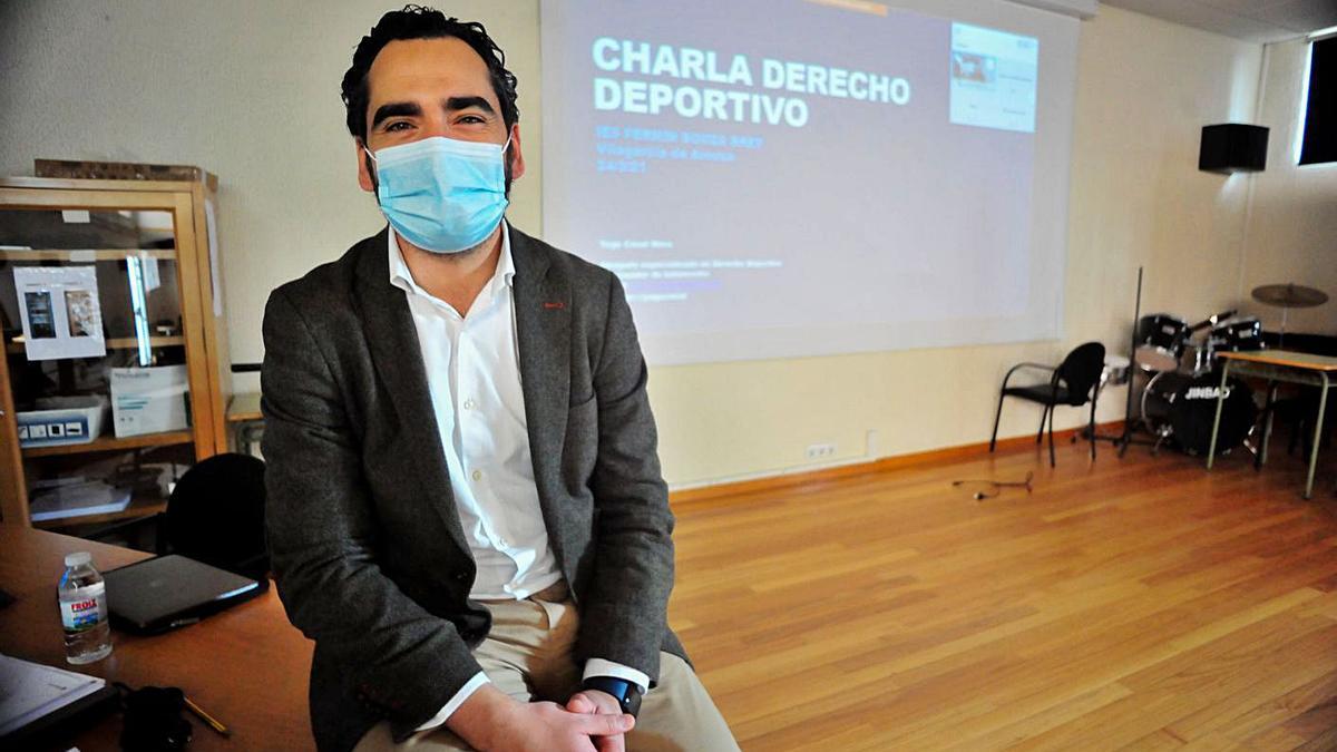 Yago Casal, poco antes de iniciar su conferencia en el IES Fermín Bouza Brey de Vilagarcía. |  // I. ABELLA