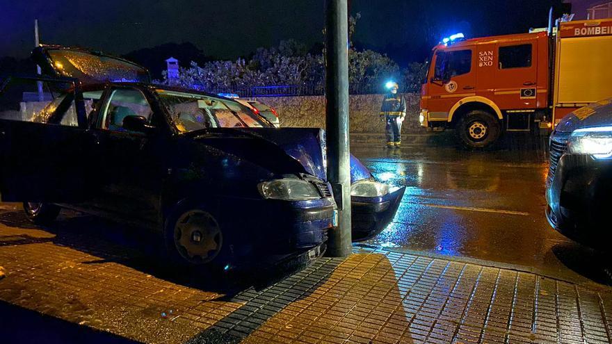 Un herido al empotrarse con su coche contra una farola en Sanxenxo