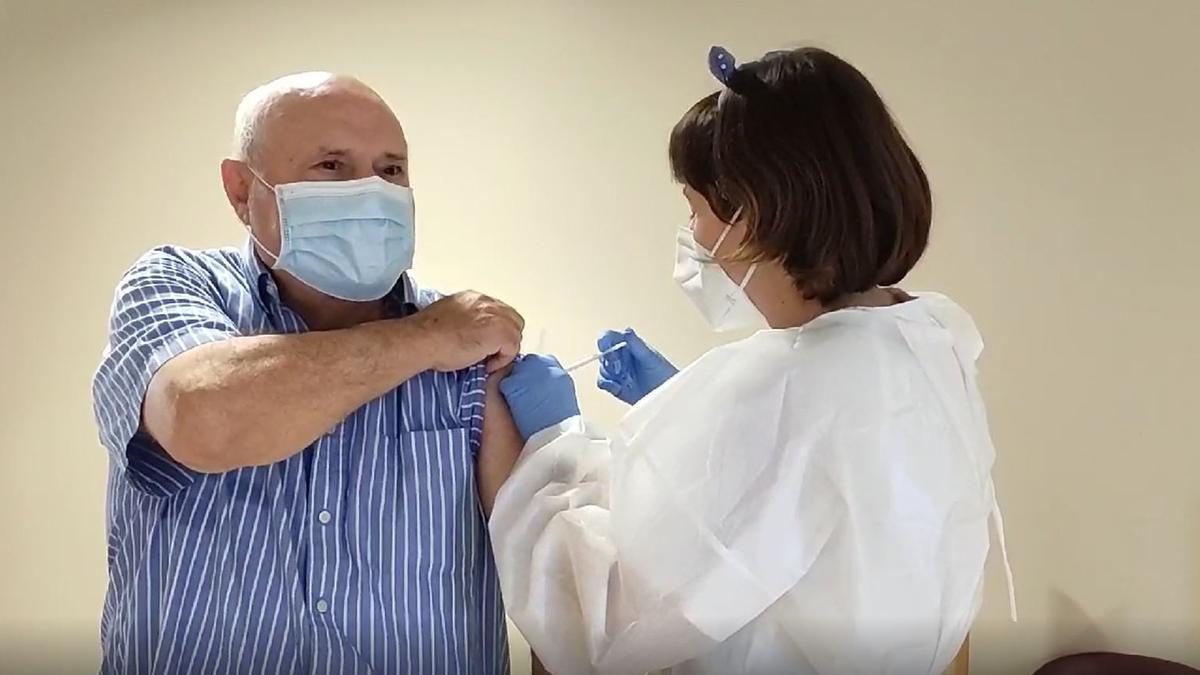 El residente Félix Ruiz recibiendo la segunda dosis de la vacuna contra el covid-19 en DomusVi de Elda.