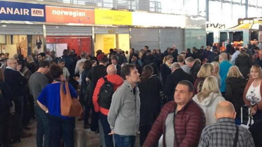 El aeropuerto de Alicante-Elche reabre tras el incendio