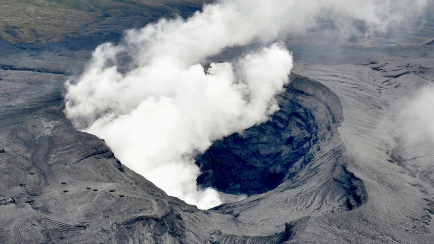 El Monte Aso japonés entra en erupción