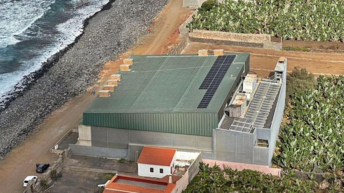 Instalación de placas fotovoltaicas en el Centro de Talasoterapia de Hermigua.