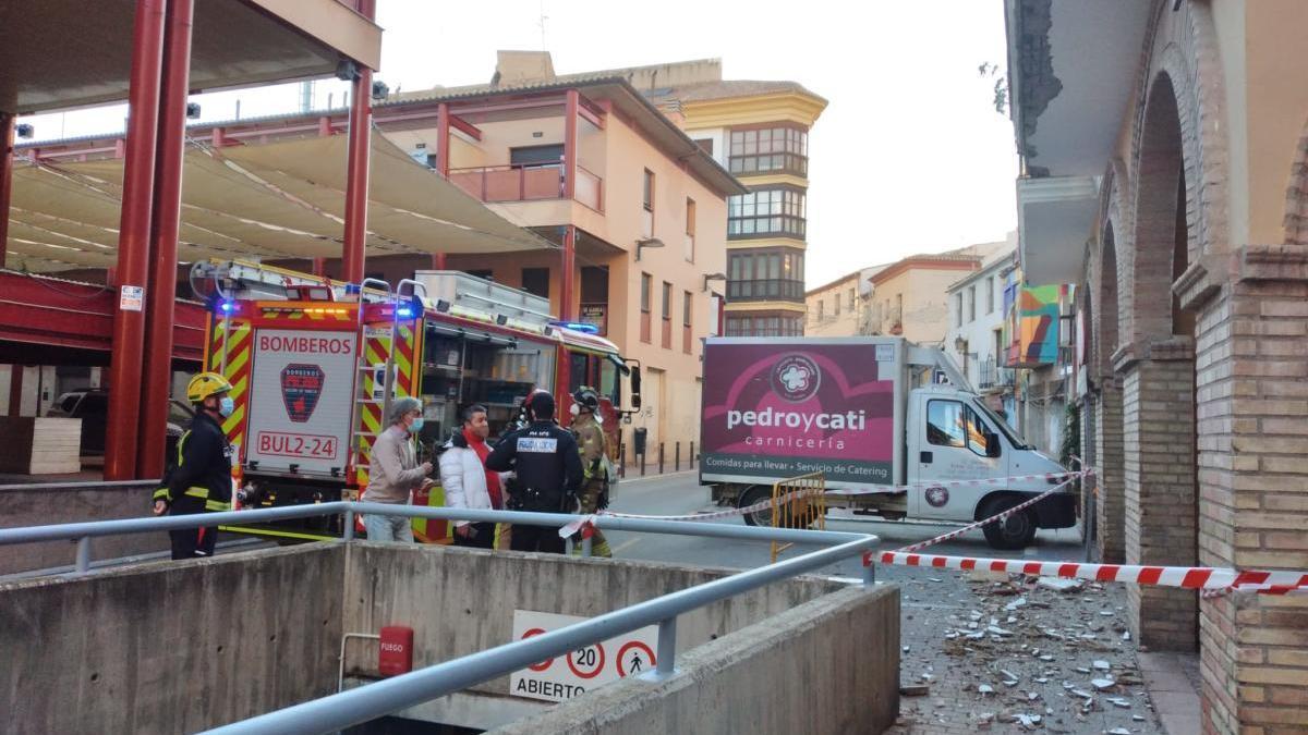El desprendimiento de una cornisa obliga a cortar varias calles en Lorca
