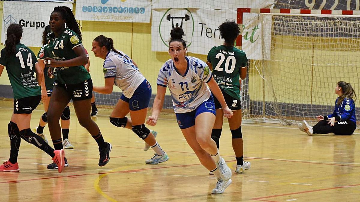 Rebeca López celebra uno de sus goles de ayer.     E.D.