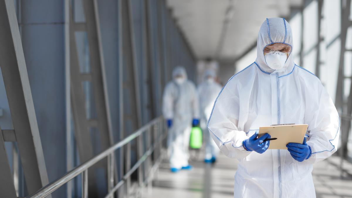 Operarios de Biovalia comprobando el nivel de covid en un edificio
