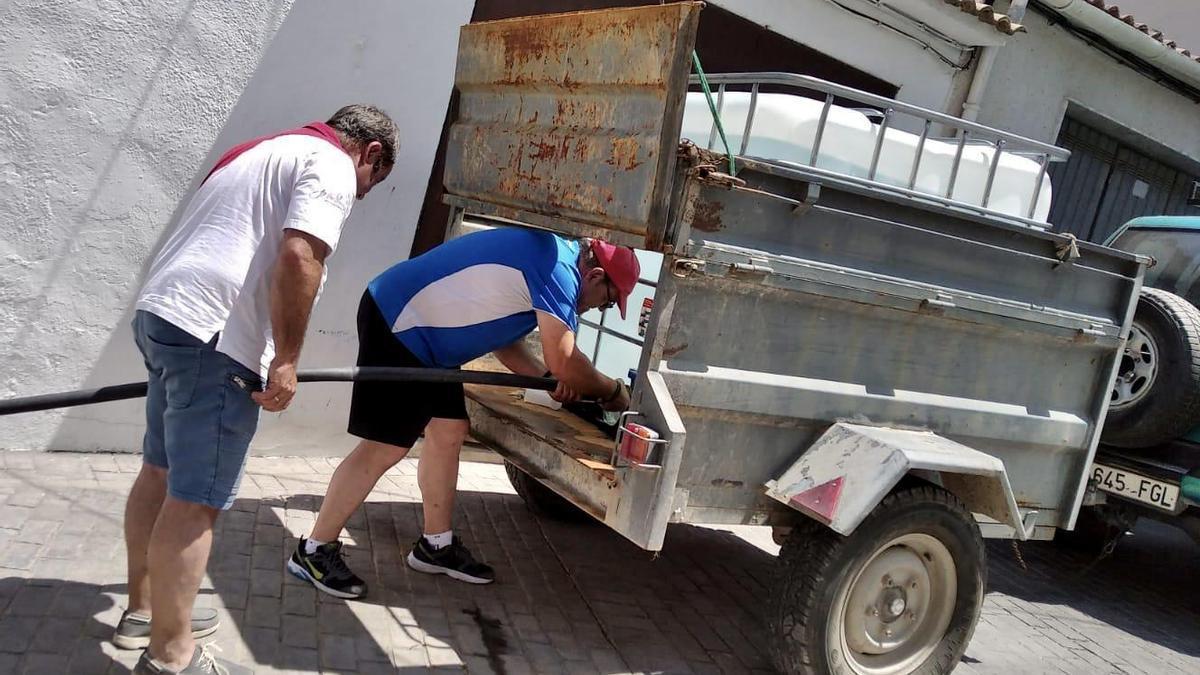 Los vecinos de Fuente Tójar llenando envases de agua durante los días que se encontraban sin suminustro