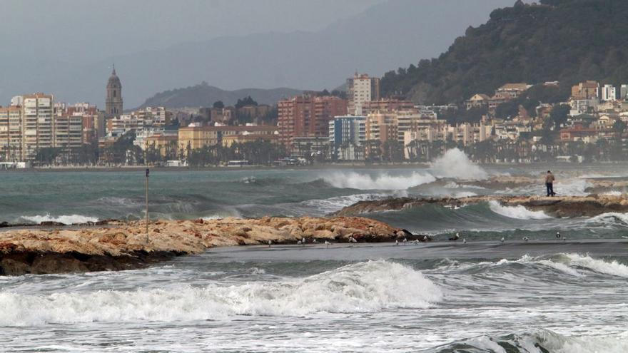 Aviso amarillo por fuerte oleaje en Málaga, este domingo