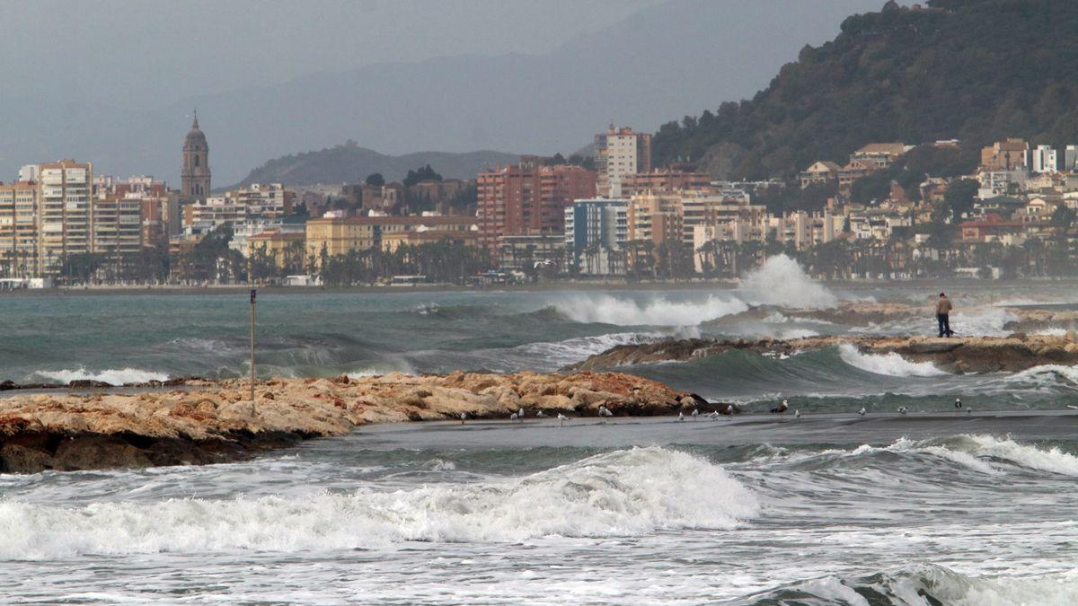 Espectacular imagen del oleaje en las playas de Málaga, a inicios de mes de febrero.