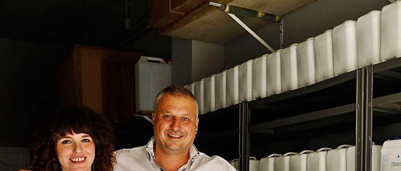 Vanesa Fernández y Sergio Fernández, impulsores de Diecol Pet, en un almacén de la empresa en Laviana.