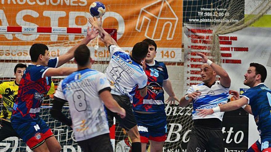 Una acción defensiva del Luceros en el duelo de ayer. |  // GONZALO NÚÑEZ