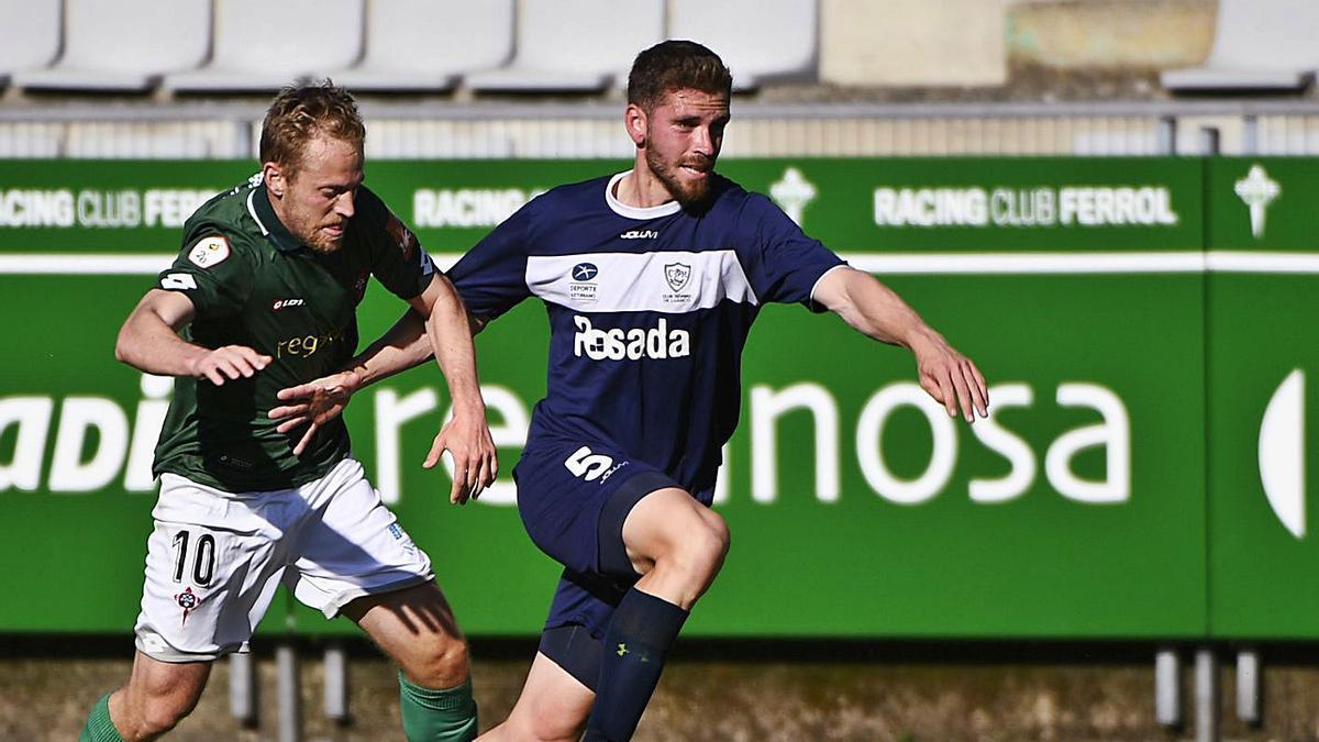 Un jugador del Racing de Ferrol persigue a uno del Marino ayer en A Malata. |  // LOF
