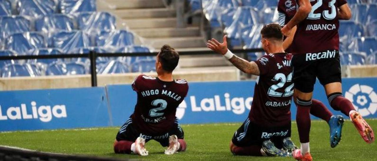 Hugo Mallo, Santi Mina, Denis y Brais celebran el gol último gol del capitán celeste, a la Real Sociedad, en el Reale Arena. // EFE