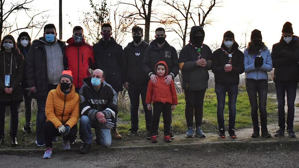 Participantes en la operación de recogida de basura en las inmedaciones del instituto de Toro y de los pinares próximos. | Cedida