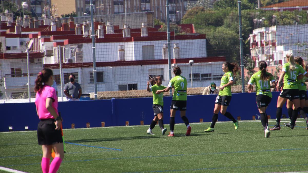 Mireya festeja el último gol del Santa Teresa en la Primera Iberdrola, al menos por ahora.