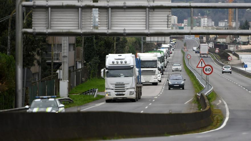 Cortes de tráfico en el túnel de Eirís por la marcha de camiones de Ence