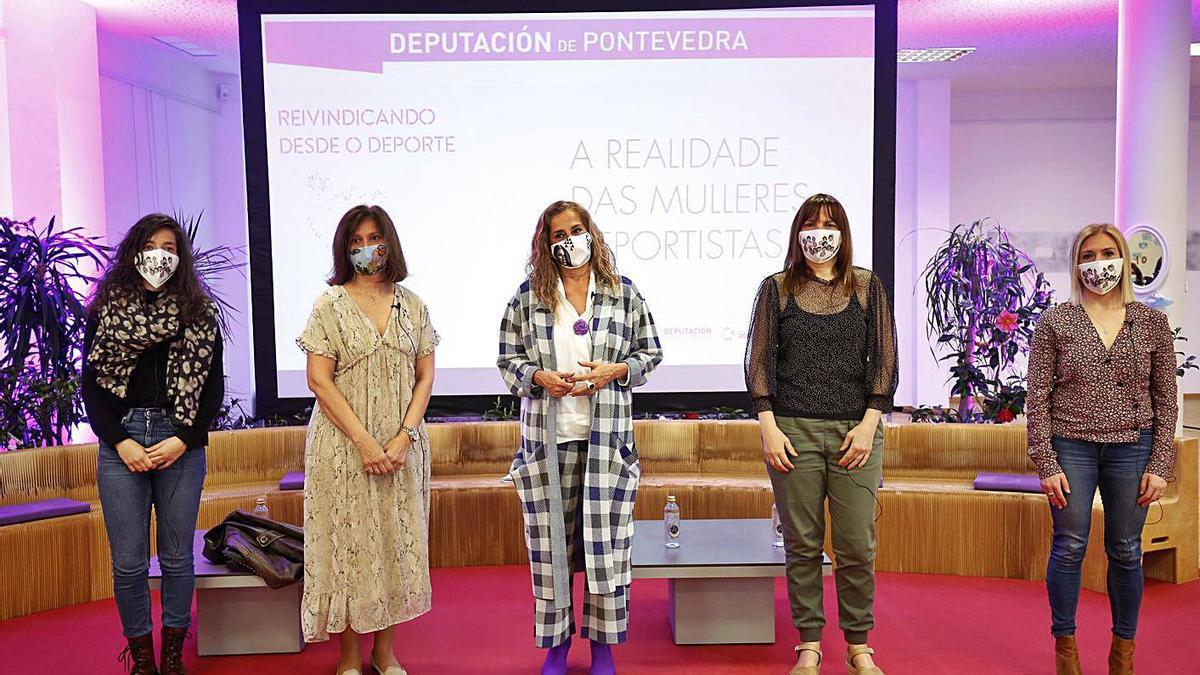 Carmela Silva, con cuatro de las deportistas presentes en el acto.    // FDV