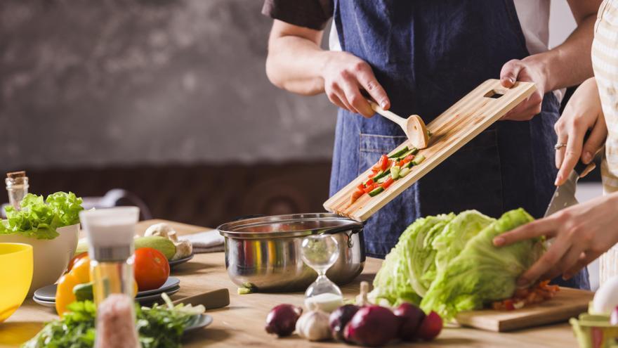 La Universidad de Alicante enseñará a cocinar a familias para comprobar si así pierden peso