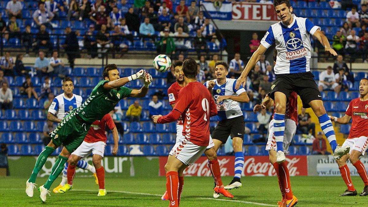 iván Crespo realiza un despeje durante el último Hércules-Real Murcia, en 2015. | JOSÉ NAVARRO
